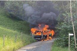 Un bus de camping en feu à Zénauva