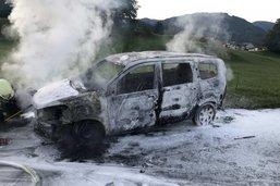 Voiture en feu à Châtel-St-Denis
