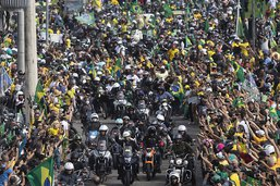 Brésil: Bolsonaro harangue la foule à moto en pleine pandémie